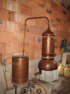 distillation dans un alambic en cuivre
