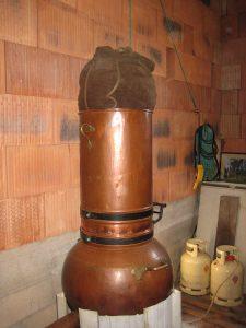 alambic en cuivre, avec mise en place des plantes